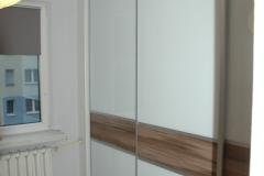Szafa z drzwiami przesuwnymi z lacobelem 9003 i płytą orzech